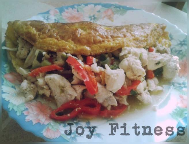 Подготвяте си палачинката от 2 яйца, отделно задушавате пилешкото със сезонни зеленчуци на вкус.